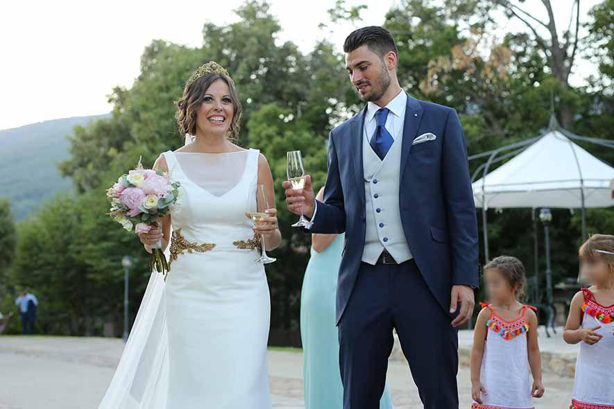 Novios brindando, enlace matrimonial